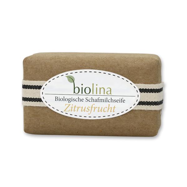 Biolina Schafmilchseife 100g verpackt mit braunem Papier und Dekoband gestreift, Zitrusfrucht