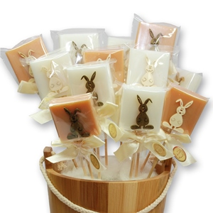 Schafmilchseife Quadrat 35g Classic/Quitte dekoriert mit Hase auf Holzstab verpackt in Cello